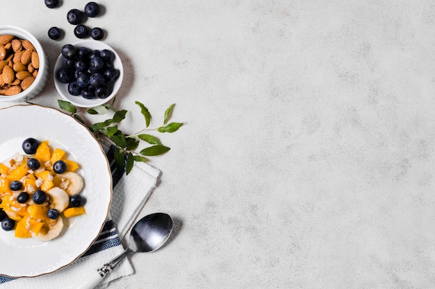 Flache lage von blaubeeren und von mango mit kopienraum Kostenlose Fotos
