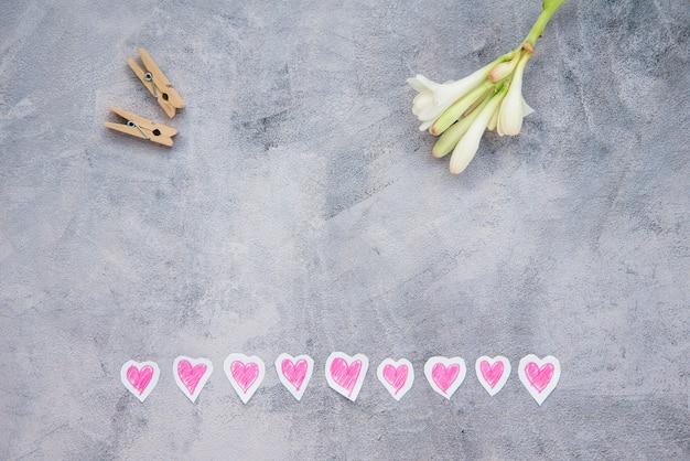 Flache lage von blumen, herzen und hölzernen bitten Kostenlose Fotos