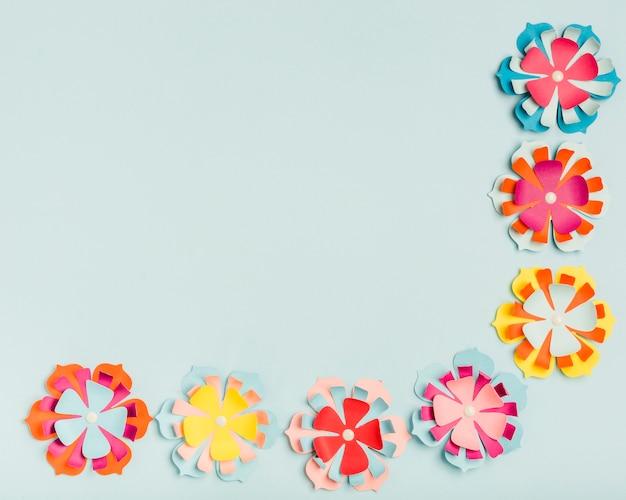 Flache lage von bunten papierblumen für frühling mit kopienraum Kostenlose Fotos