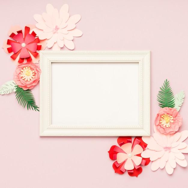 Flache lage von bunten papierblumen und von rahmen Kostenlose Fotos