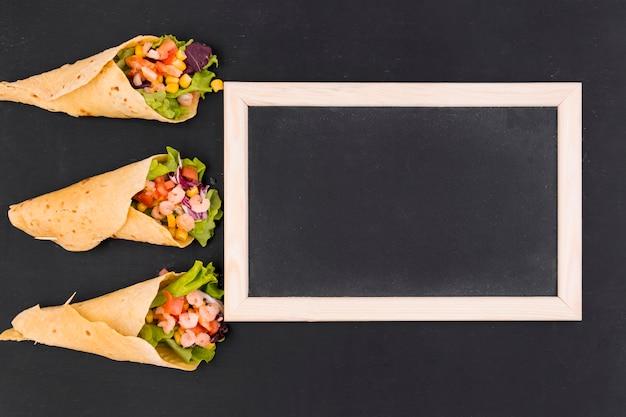 Flache lage von burritos und schiefer Kostenlose Fotos