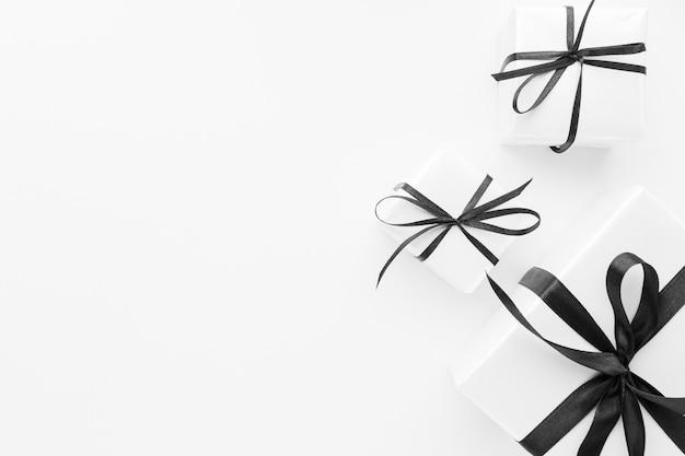 Flache lage von edlen geschenken mit kopierraum Premium Fotos