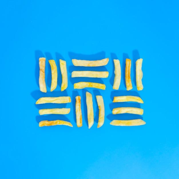 Flache lage von gezeichneten fischrogen auf blauem hintergrund Kostenlose Fotos