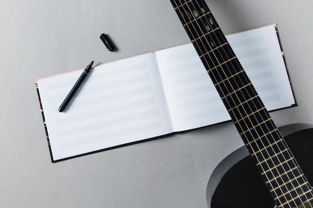 Flache lage von gitarre und musiknoten Kostenlose Fotos