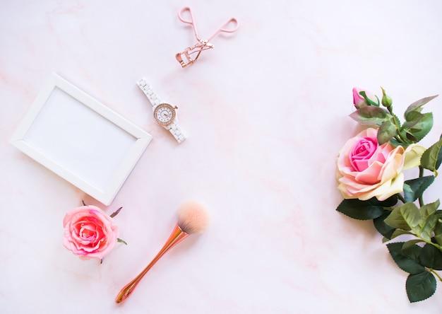 Flache lage von kosmetischen accessoires. Premium Fotos