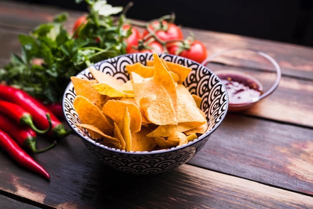 Flache lage von nachos, gemüse und ketchup Kostenlose Fotos