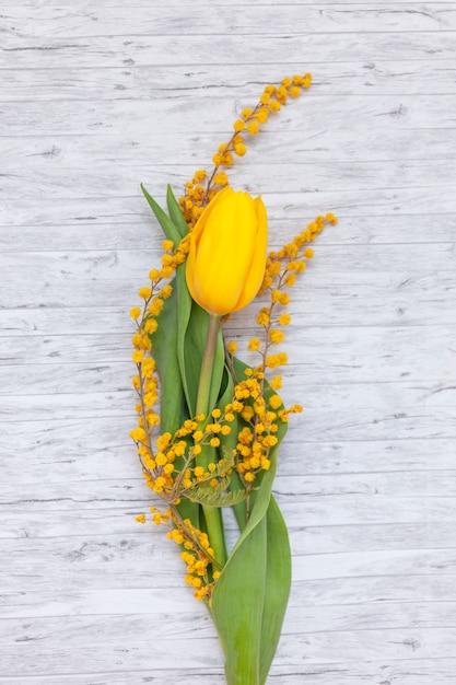 Flache lage von schönen wildblumen Kostenlose Fotos