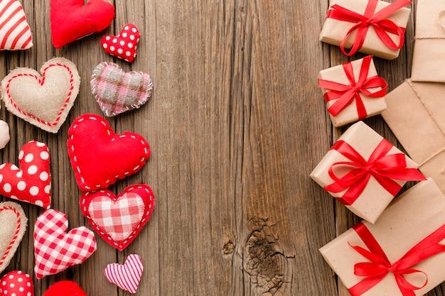 Flache lage von valentinstaggeschenken mit verzierungen Kostenlose Fotos