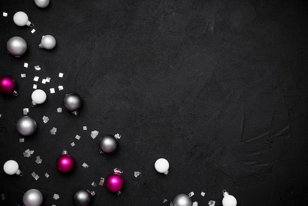 Flache lage von weihnachtskugeln und -konfetti Kostenlose Fotos