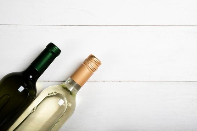 Flache lage von zwei flaschen weißwein Kostenlose Fotos