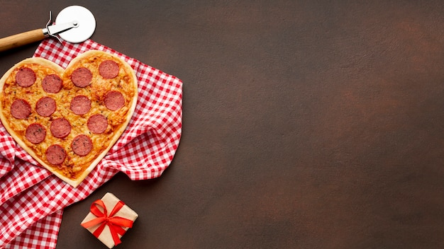 Flache lageanordnung für valentinstag mit herzen formte pizza- und kopienraum Kostenlose Fotos