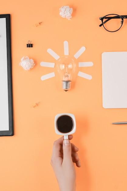 Flache lagebrainstorming-tischplatteansicht. konzept neue idee Premium Fotos