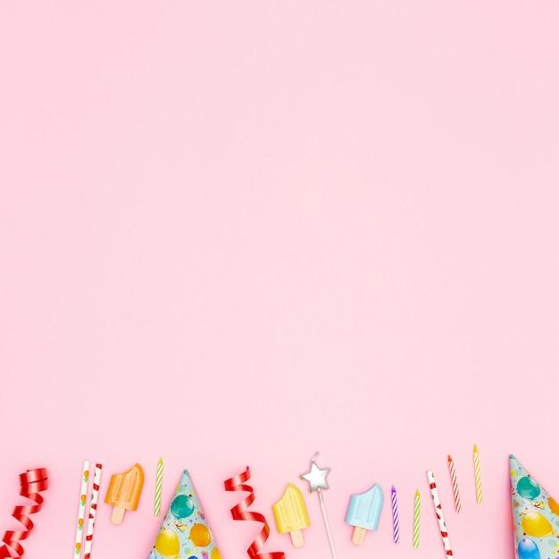 Flache lagegeburtstagseinzelteile auf rosa hintergrund Kostenlose Fotos