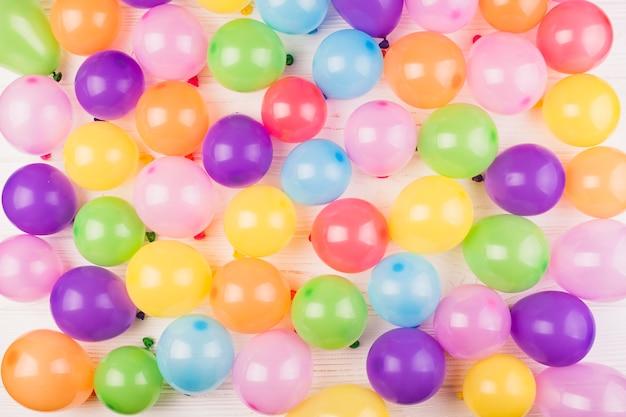 Flache lagegeburtstagszusammensetzung mit ballonen Kostenlose Fotos