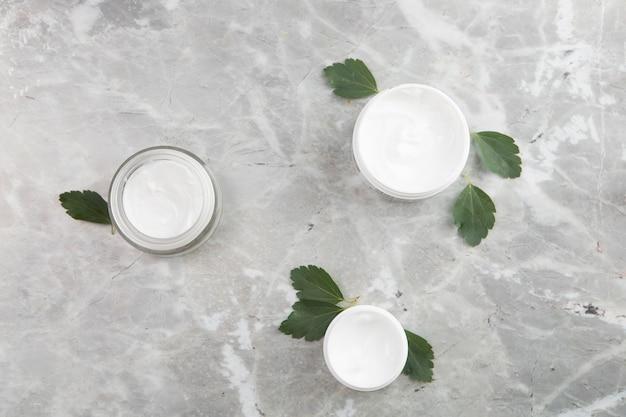 Flache lagekörpercremeprodukte auf marmorhintergrund Kostenlose Fotos