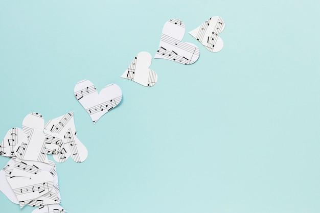 Flache lagepapierherzen auf blauem hintergrund Kostenlose Fotos