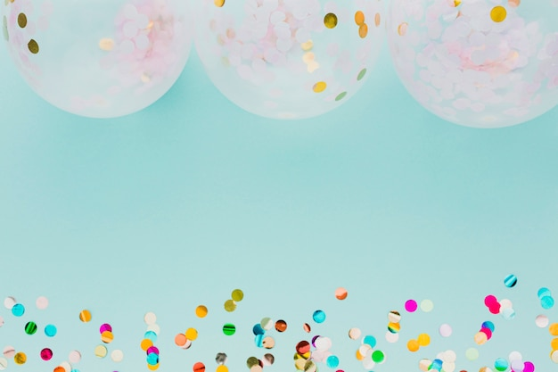 Flache lageparteidekoration mit ballonen und blauem hintergrund Kostenlose Fotos
