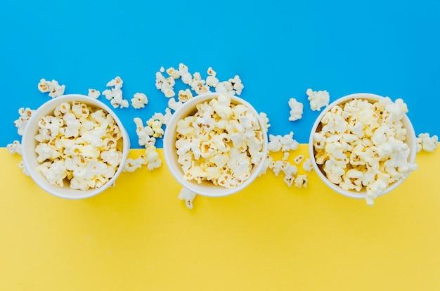 Flache lagepopcornzusammensetzung für kinokonzept Premium Fotos