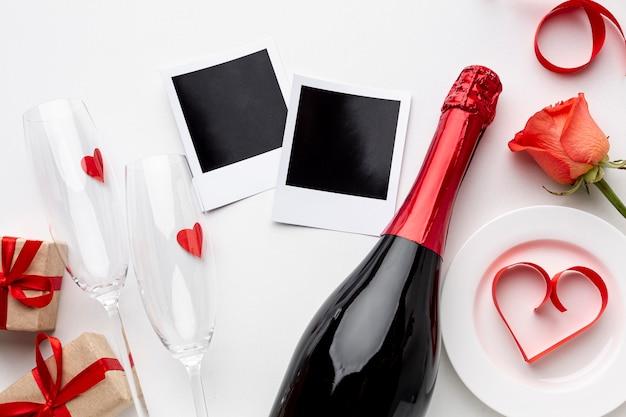 Flache lagevalentinstagzusammensetzung mit champagner und gläsern Kostenlose Fotos