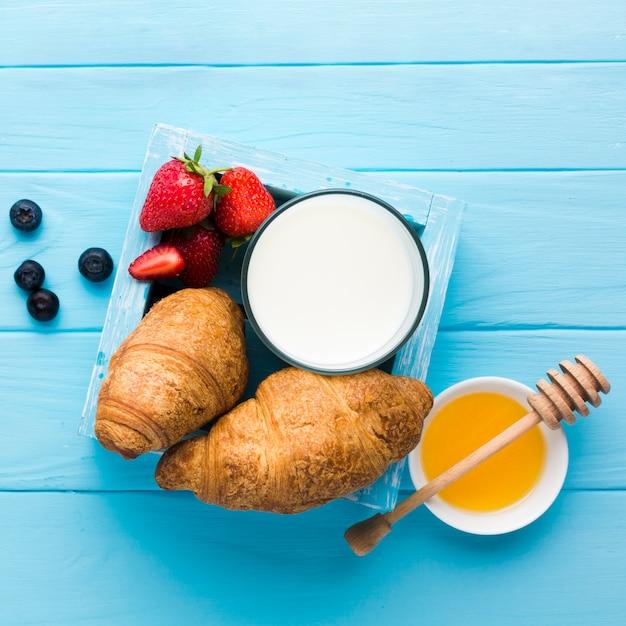 Flache lagezusammensetzung eines geschmackvollen frühstückstisches Kostenlose Fotos