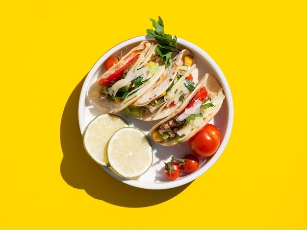 Flache laienanordnung mit köstlichem lebensmittel auf platte Kostenlose Fotos