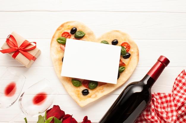 Flache laiendekoration mit pizza und karte Kostenlose Fotos
