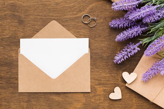 Flache laienhochzeitseinladung mit lavendel Kostenlose Fotos