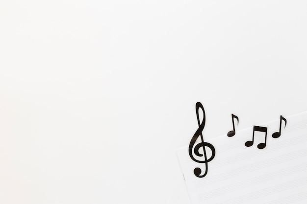 Flache laienmusikanmerkungen über weißen hintergrund Premium Fotos