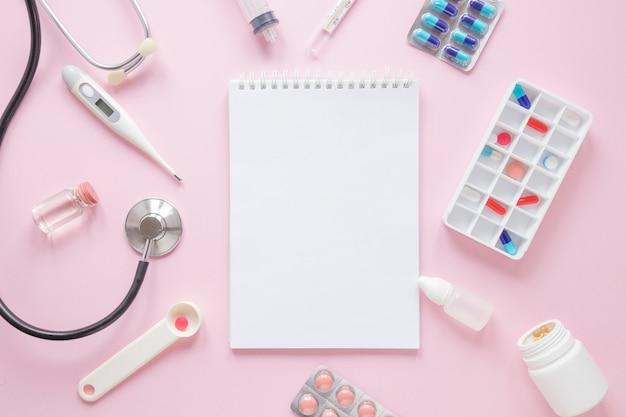 Flache lay-medizinische zusammensetzung mit notizblocktempalte Kostenlose Fotos