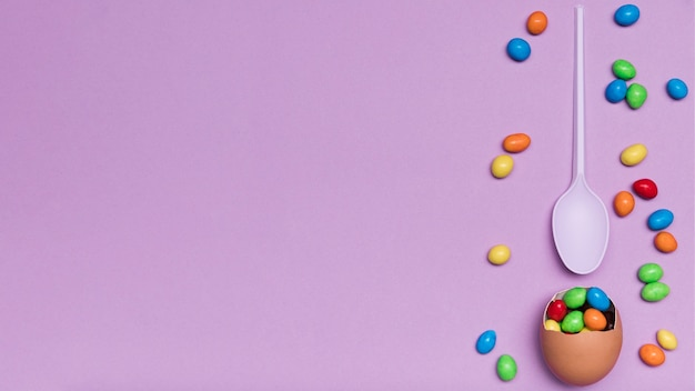 Flache legeanordnung mit eierschale und süßigkeit Kostenlose Fotos