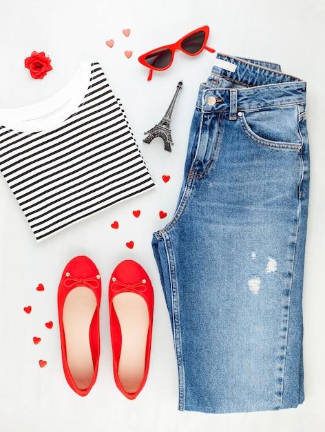 Flache mode mit urbanem mädchenoutfit im französischen stil mit t-shirt, ballerinas, sonnenbrille und jeans. Premium Fotos