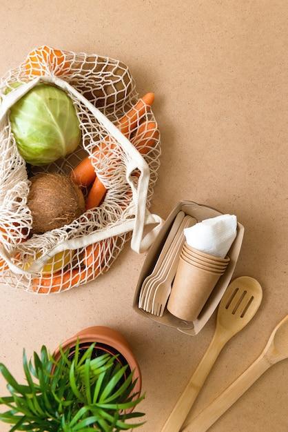 Flache null-abfallprodukte, natürlicher lebensstil in der küche. wiederverwendbare einkaufstasche aus holz Premium Fotos