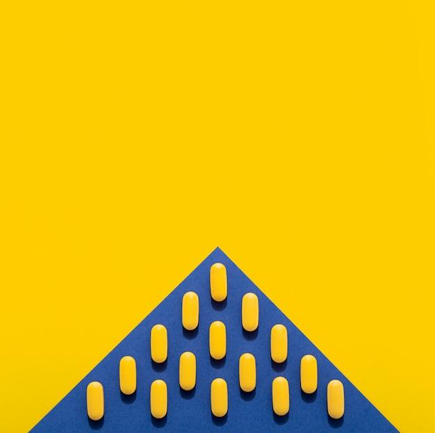 Flache pillenlage in dreiecksform mit kopierraum Kostenlose Fotos