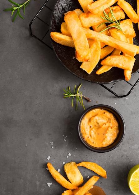 Flache pommes frites auf dem kühlregal mit senf Kostenlose Fotos