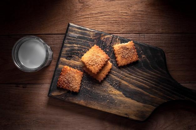 Flache rechteckige kekse mit milch legen Kostenlose Fotos