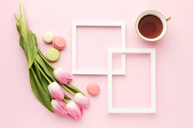 Flache tasse mit tulpen daneben Kostenlose Fotos