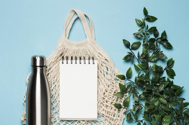 Flache, umweltfreundliche tasche mit notizblock Kostenlose Fotos