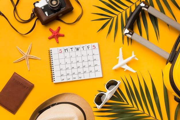 Flache unterbringung von reiseutensilien mit kalender und sonnenbrille Kostenlose Fotos