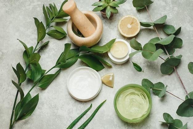 Flache zusammensetzung mit kosmetischen produkten. natürliche organische botanik, alternative kräutermedizin, natürliche hautpflege-schönheitsprodukte. die schaffung von naturkosmetik in einem mörser von Premium Fotos