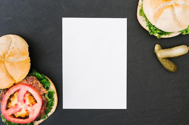 Flacher burger mit papiermodell Kostenlose Fotos