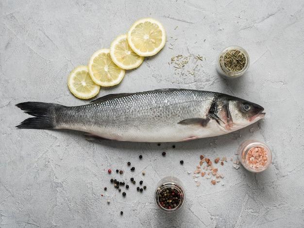 Flacher fisch mit zitrone und gewürzen Kostenlose Fotos
