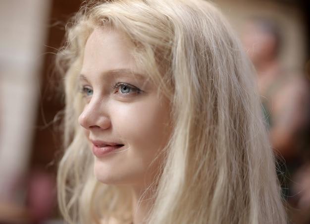 Flacher fokus einer jungen blonden frau mit blauen augen Kostenlose Fotos