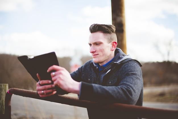 Flacher fokusschuss eines mannes, der die bibel liest Kostenlose Fotos