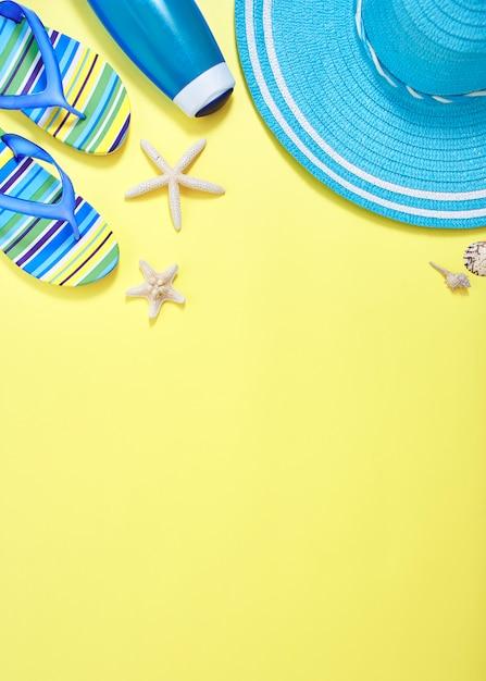 Flacher gelber sommerreisekonzepthintergrund der lage Premium Fotos