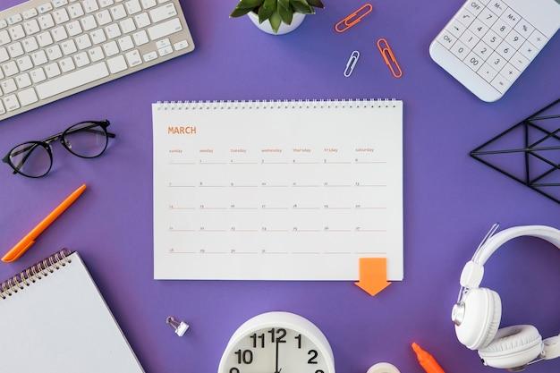 Flacher kalender mit schreibwaren Kostenlose Fotos