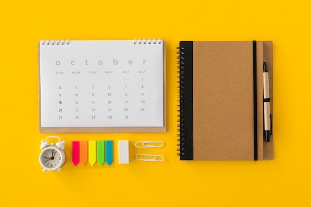 Flacher kalender und bürozubehör Kostenlose Fotos