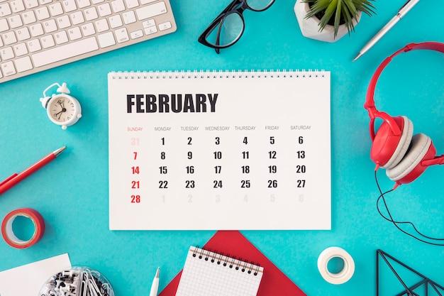 Flacher kalender und kopfhörer Kostenlose Fotos