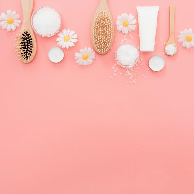 Flacher laienrahmen mit bürsten auf rosa hintergrund Kostenlose Fotos