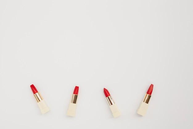 Flacher laienrahmen mit rotem lippenstift und kopieraum Kostenlose Fotos