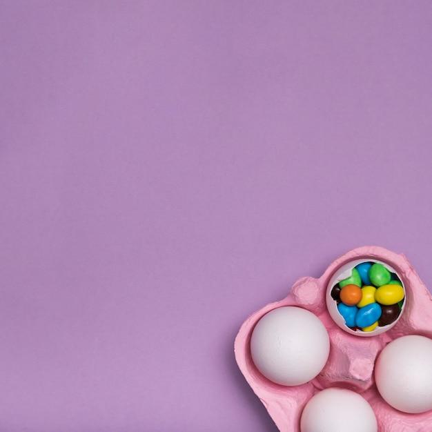 Flacher laienrahmen mit süßigkeit in der eierschale Kostenlose Fotos